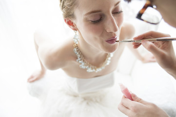 Bride is repaint the lipstick