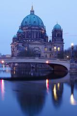 berliner dom in berlin zur blauen stunde