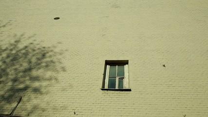 одинокое окно.
