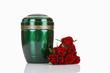 Bestattungsurne, grüne Urne aus Metall mit roten Rosen - 79677350