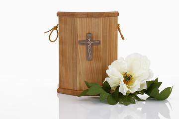 Bestattungsurne, Urne aus Holz mit Blüte