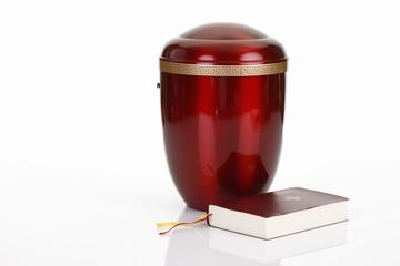 Bestattungsurne, rote Urne aus Metall mit Bibel