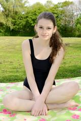 Teenager in Badeanzug im Freibad