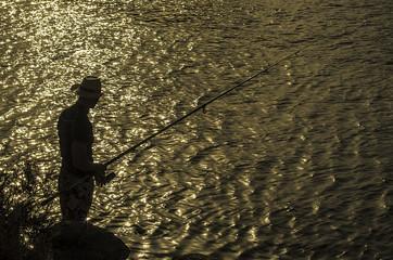 Pescador contraluz al atardecer - Fisherman backlit at sunset