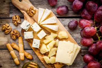 Emmental, Camembert cheese, blue cheese, walnuts, grapes