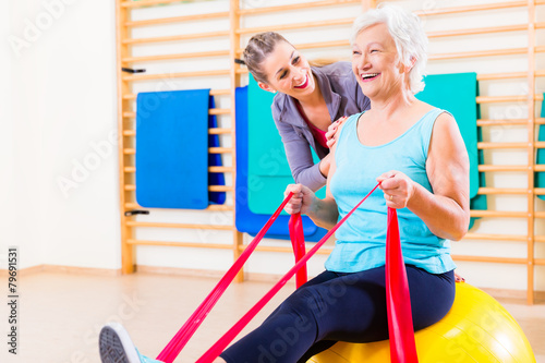 Leinwanddruck Bild Senior Frau beim Fitness Sport