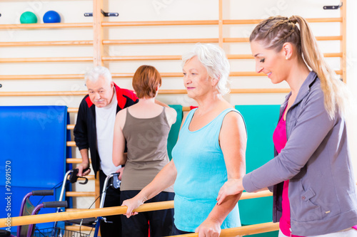 Remobilisierung mit Senioren in Physiotherapie