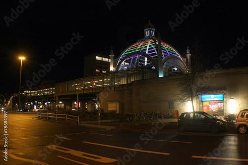 In de dag Treinstation Berliner Nollendorfplatz bei nacht