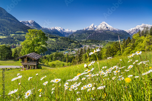 Papiers peints Alpes Idyllic landscape in the Alps in spring with mountain lodge