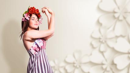 junge verträumte Frau mit Tulpenhaarschmuck