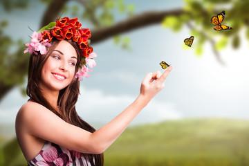 attraktive Frau mit Tulpen im Haar und Schmetterlingen