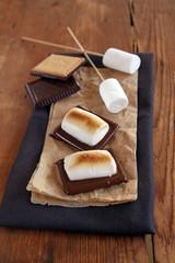 gegrillte marshmallows auf schokokeksen