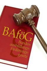 Richterhammer mit Buch und Bafög
