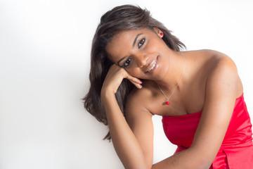 bella joven mulata con vestido rojo
