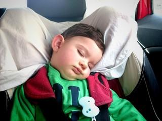 Bebé durmiendo en el coche