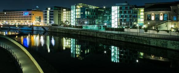 Regierungsviertel mit Spree bei Nacht