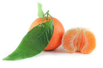 Mandarini uno già sbucciato