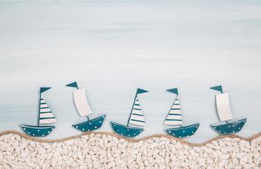 Fünf Segelboote am Meer: Maritime Dekoration in Blau weiß