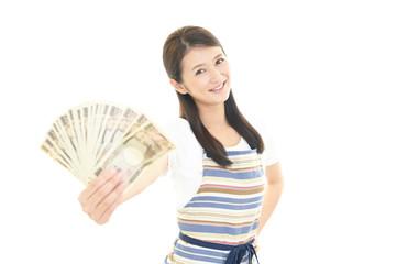 紙幣を持つ笑顔の女性