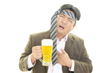 ビールを飲みすぎた男性
