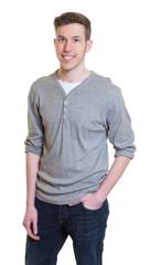 Lässiger junger Mann im grauen Shirt