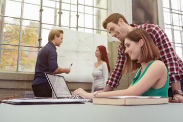 studenten an der uni arbeiten zusammen