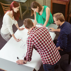 junge leute arbeiten in einer schulung zusammen