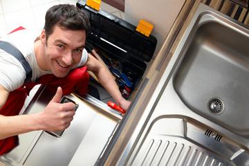 Monteur repariert Einbauküche