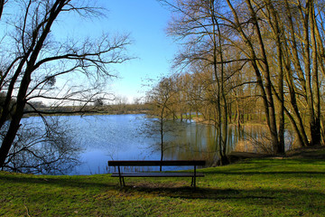 banc près d'un étang