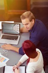 designer schauen auf einen entwurf am laptop