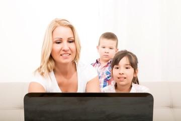 Mutter mit Kindern am Laptop