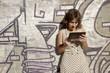 Mädchen im Retrokleid mit Tablet Pc