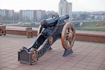Старинная пушка на Площади Победы в Витебске. Беларусь