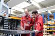 Berufsausbildung in der Industrie, Meister und Azubi - 79737392
