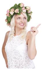 Hübsche glückliche Frau mit Kopfschmuck zeigt nach oben