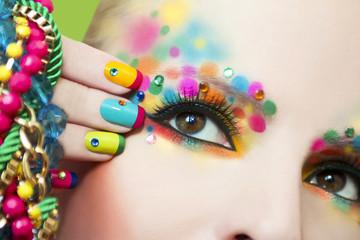 Разноцветный маникюр и макияж.
