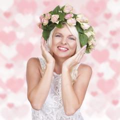 Glückliche Frau mit Rosen Kopfschmuck und Herzhintergrund