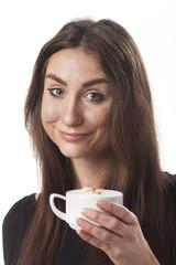 Lächelnde Frau mit einem Cappuchino