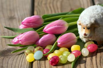 Keramikschaf mit Tulpen und Ostereiern