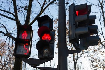 Semaforo en color rojo para peatones, bicicletas y  automoviles