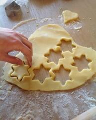 Preparazione biscotti a forma di stelle.