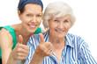 """Großmutter und Enkelin mit """"Daumen hoch"""""""