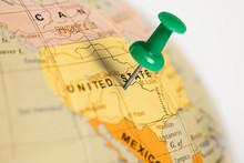 "Постер, картина, фотообои ""Location United States. Green pin on the map."""