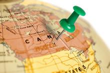 """Постер, картина, фотообои """"Location Canada. Green pin on the map."""""""