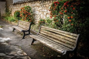 bancs dans un vieux village