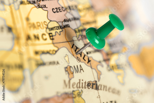 Fotobehang Europa Location Italy. Green pin on the map.