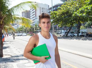 Sportlicher Student auf der Strasse