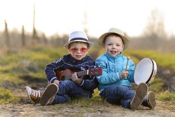 kinderen spelen muziek