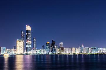 Skyline von Abu Dhabi bei Nacht