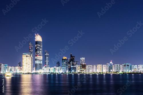 Leinwanddruck Bild Skyline von Abu Dhabi bei Nacht